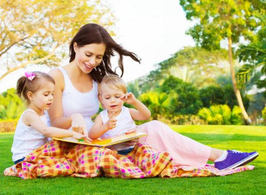 мама сочиняет сказку детям